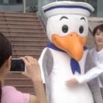 世界一難しい恋ロケ地で鮫島零時社長がカモメスウィンギーの着ぐるみを着て柴山美咲と会うシーン3