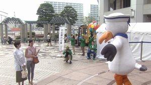 世界一難しい恋ロケ地で鮫島零時社長がカモメスウィンギーの着ぐるみを着て柴山美咲と会うシーン2