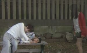 お迎えデス第8話阿熊幸は、神社の縁日にて堤円がいない隙に幽体離脱し、緒川千里に憑依させる