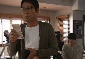 お迎えデス第8話夏祭りのデートへ阿熊幸(土屋太鳳)と一緒に行く堤円に、父親がお小遣いをあげる。