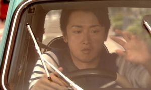 世界一難しい恋10話最終回鮫島零治社長(大野智)は車のワイパーを動かしてしまい、バックギアに入れてしまう
