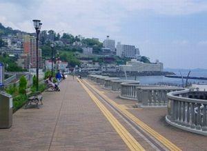 ラヴソング最終回ロケ地神代広平(福山雅治)が最後に歩いて去っていった場所は、静岡県熱海市「親水公園(熱海サンビーチ・ムーンテラス)」のスカイデッキ。