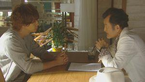 机にて、柴崎千秋(三浦翔平)と東村了(吉田鋼太郎)が話し合うシーン