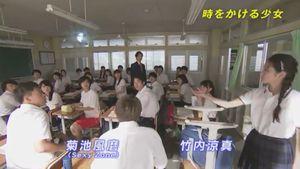 未来人ゾーイは、時をかける少女(時かけ)3話にて、芳山未羽(黒島結菜)や深町翔平や朝倉吾朗と同じ学校の3年6組に転校生としてやってくる