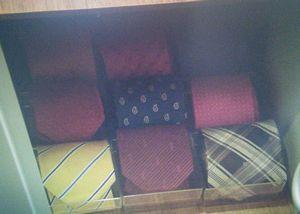 家売るオンナキャスト足立聡(王子・あだちさとし)のロッカーの営業用のネクタイや時計2