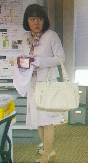 家売るオンナイモトアヤコ(白洲美加)の初回第1話衣装3