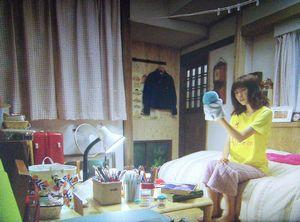 月9ドラマ好きな人がいること第4話美咲がシェアハウスの自分の部屋で千秋を花火大会に誘うためにペンギンのぬいぐるみ・パペットで練習1