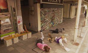 2016年版ドラマ時をかける少女、食い逃げ(持ち帰り逃げ)され、松下由梨が追いかけ三浦浩とぶつかり出会う2