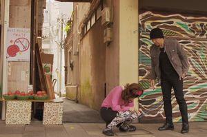 2016年版ドラマ時をかける少女、食い逃げ(持ち帰り逃げ)され、松下由梨が追いかけ三浦浩とぶつかり出会う3