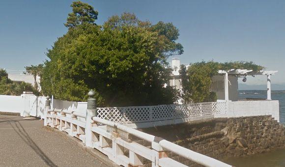 高田家(優・隆一・貴行の家・豪邸)のロケ地の場所の外観。木でしっかりとは見えませんでした。