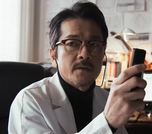 ドラマ砂の塔9話で小峰昭宏(こみねあきひろ)教授が刑事さんに解説するシーン2