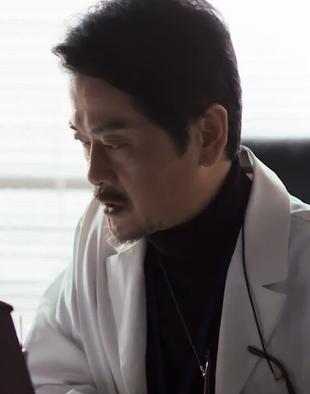 ドラマ砂の塔9話で小峰昭宏(こみねあきひろ)教授が刑事さんに解説するシーン1