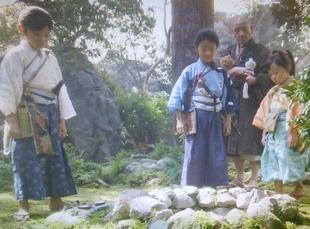 おんな城主直虎で龍潭寺の南渓和尚(なんけいおしょう)が井伊家当主の言い伝えの井戸の近くで、猫を抱っこ