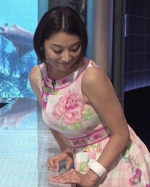胸のカップ・バストサイズの参考になりそうな、小池栄子の私服っぽい画像
