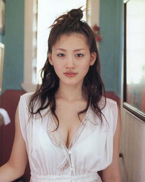 綾瀬はるか私服画像。胸大きいですね~バストサイズ・カップサイズは推定Fカップ